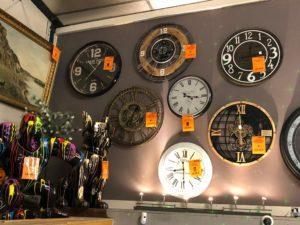 C'est l'heure de faire vos derniers cadeaux de Noël 🎅 Pas le temps de venir le chercher ? Nous vous livrons gratuitement votre horloge (20km max autour de Richwiller) avant le 24 décembre 2020 - 16h. Appelez-nous 😀 Également disponible sur notre boutique en ligne